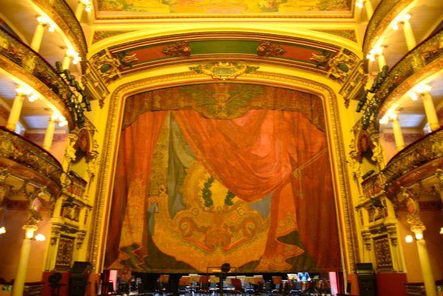 A cortina do palco foi pintada na França e é inspirada no Encontro das Águas entre os rios Negro e Solimões.