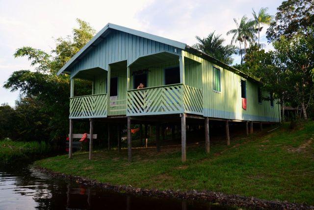 Casa de caboclo na beira do rio.
