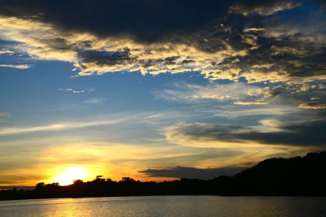 O por-do-sol no Rio Negro