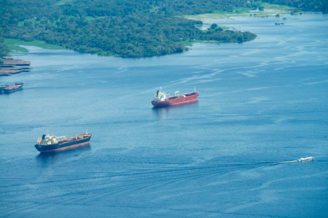 Navios cargueiros aguardam a vez para atracar no porto.
