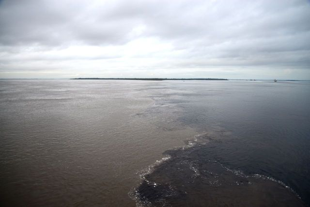 As águas negras e paradas do Rio Negro contrastam com as águas barrentas do Amazonas