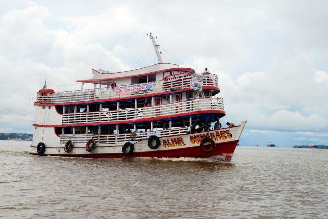 Barcos de transporte no Rio Amazonas.