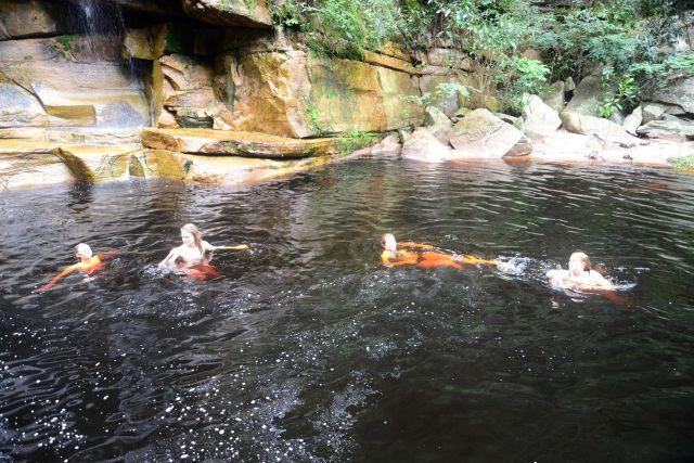 Depois do banho de cachoeira, dá para relaxar no poço que fica na base.
