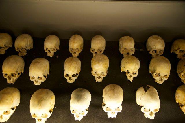 Crânios coletados no genocídio de Ruanda