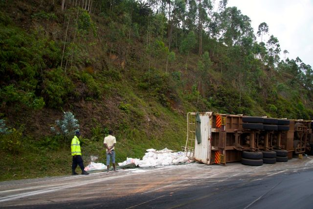 Acidente na estrada sinuosa em direção a Uganda.