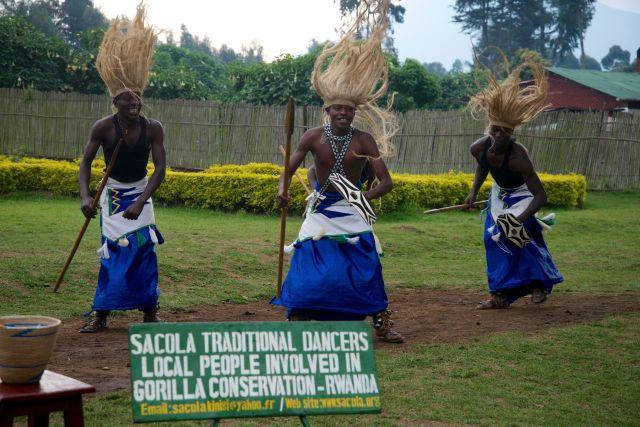 Dançarinos animam os visitantes antes da subida para a Montanha dos gorilas
