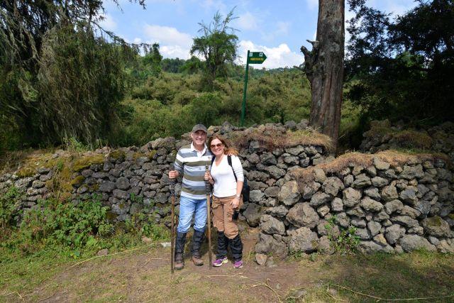 O muro de pedras cerca o Parque Nacional da Montanha dos Gorilas.
