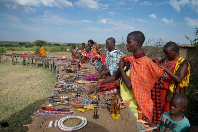 Artesanato Masai em exposição na aldeia.