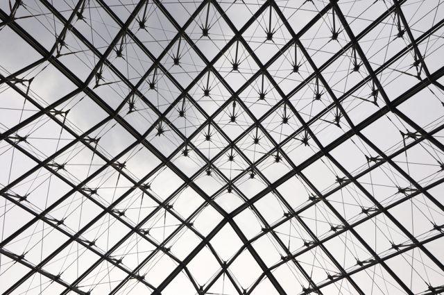 Detalhe da pirâmide de vidro do Museu do Louvre.