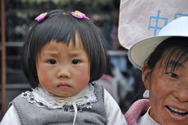 Menina Bai na Feira de Shaxi.