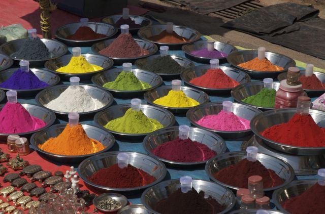 Corantes indianos em feira livre.