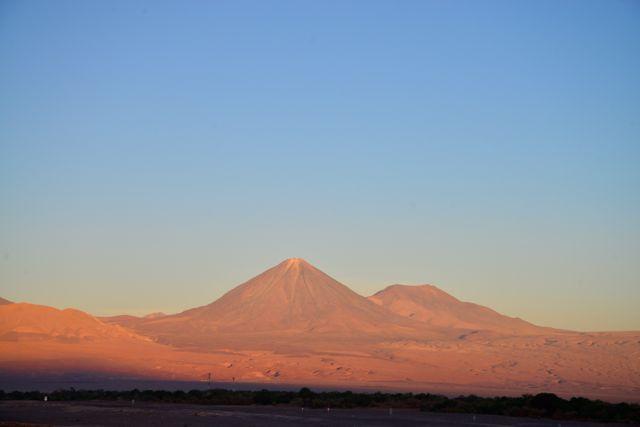 O vulcão Lincancabur sob a luz do por do sol.