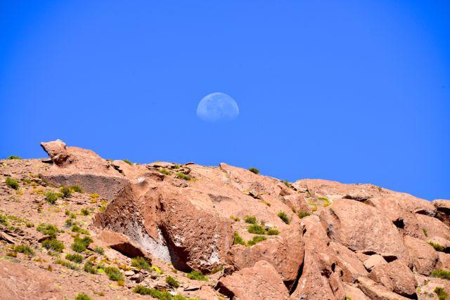 A lua sob o céu do Atacama.