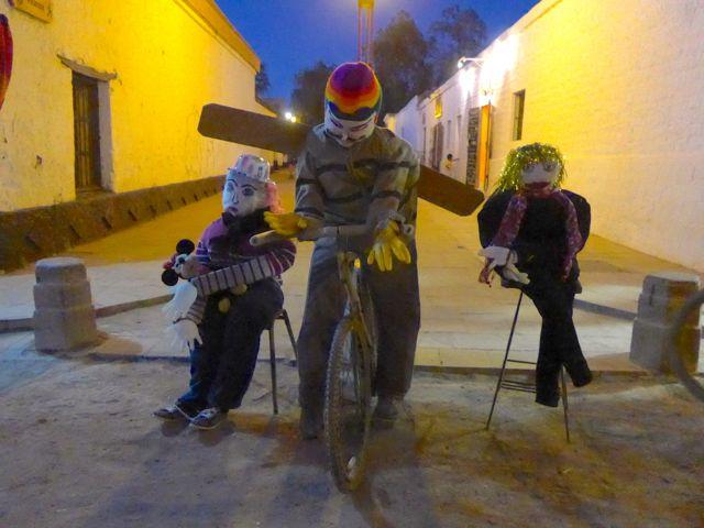 Os bonecos com fogos de artifício são uma das características do réveillon em San Pedro