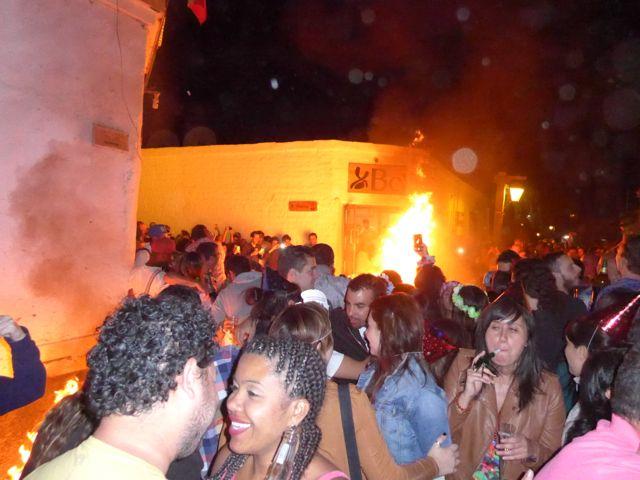A festa acontece na Rua Caracoles.