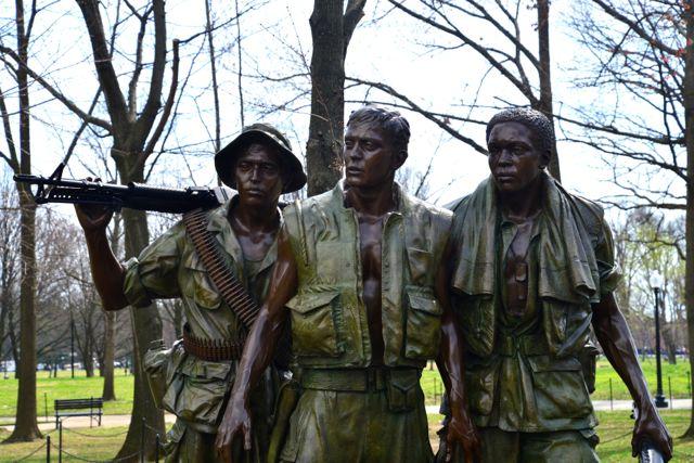 Escultura de soldados nas proximidades do Memorial da Guerra do Vietnam.
