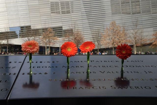 """Os nomes dos mortos estão gravados na borda das """"piscinas""""."""