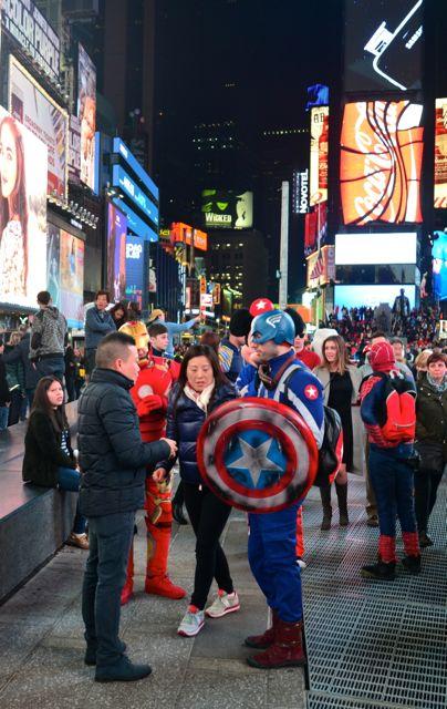 """Os """"super-heróis"""" abordam os visitantes insistentemente."""
