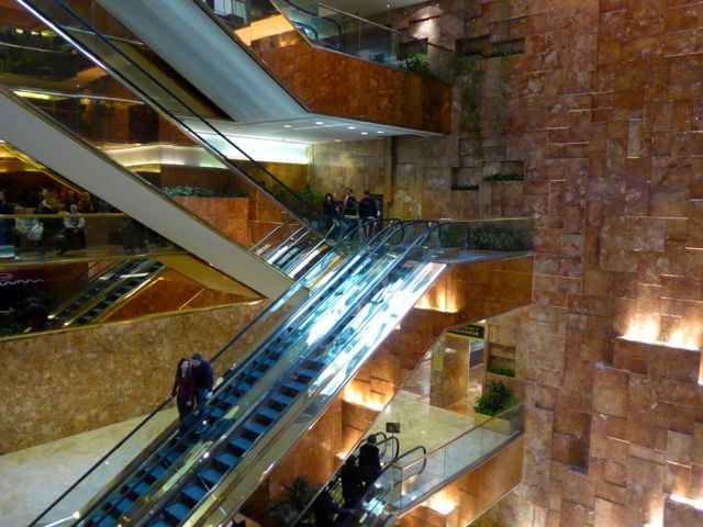 O interior da Trump Tower.