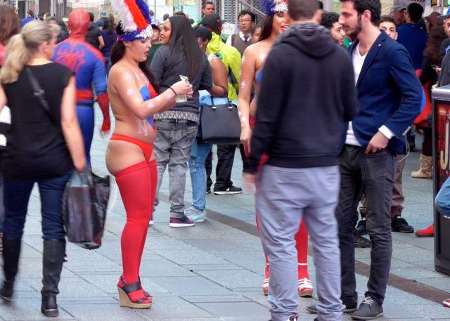 Na frente da Victoria Secrets, as mulheres também tiram fotos com os turistas
