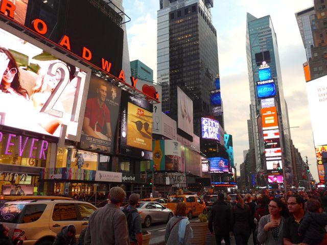 Todos os arranha-céus são iluminados por grandes painéis de LED e néon.