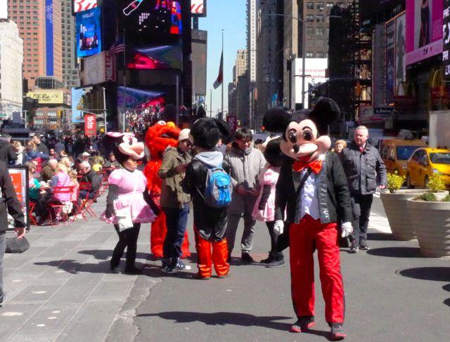 Personagens em frente à loja da Disney