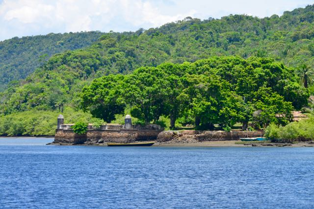 Fortaleza colonial nas margens do Paraguaçu.