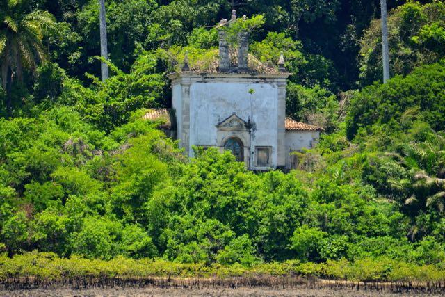 Joias da arquitetura colonial aparecem nas margens do rio.