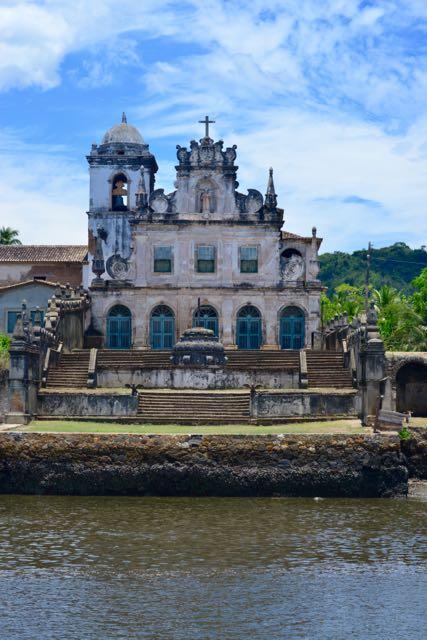 A igreja do complexo colonial.