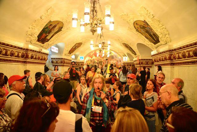 O tour é feito dentro das estações do metrô.