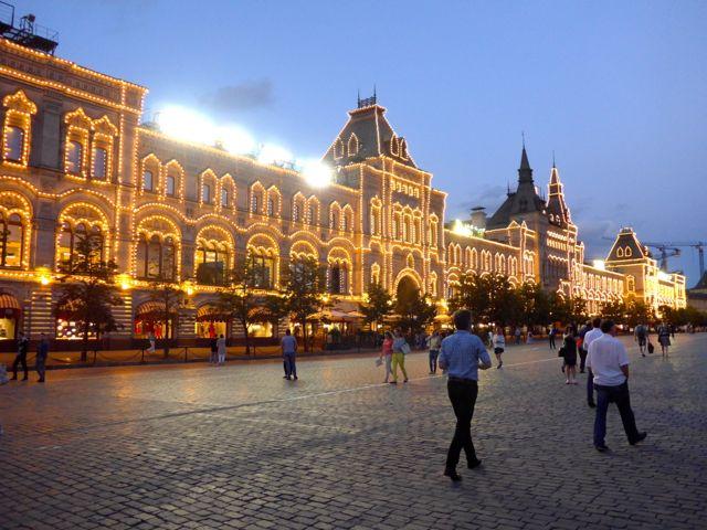 A fachada iluminada do Gum deixava a praça ainda mais bonita.