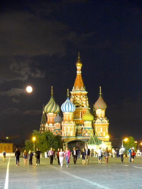 A lúa cheia por trás da catedral de São Basílio.
