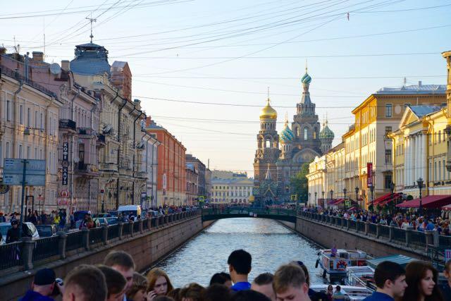 Os entornos da Avenida Nevskiy estavam lotados.