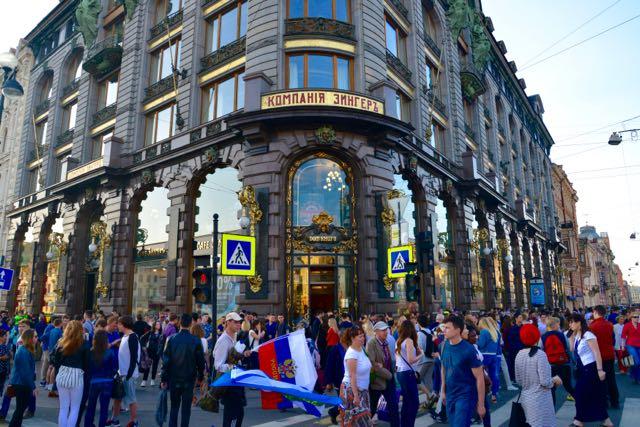 A Avenida Nevskiy Prospekt estava em festa.
