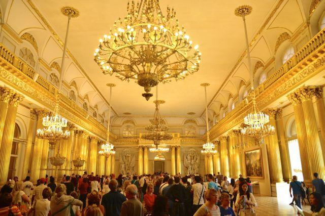 Os grandiosos salões do Palácio de Inverno.