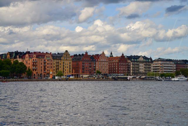 O passeio de barco dá uma outra visão de Estocolmo.