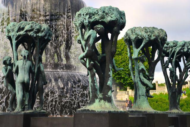Fonte com esculturas de bronze no Parque Vigeland
