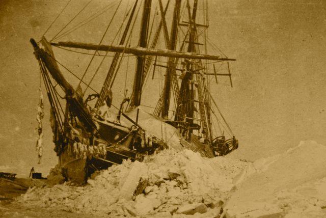 O Barco Fram preso no gelo.
