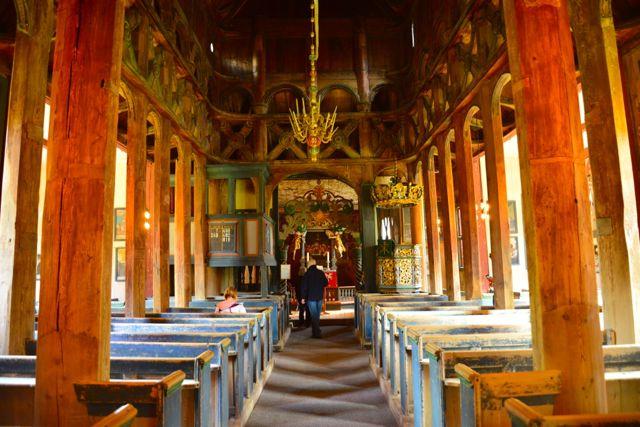 O rico interior da igreja de madeira de Lom.
