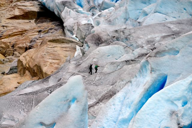 Alguns aventureiros fazem trilhas sobre o glaciar.