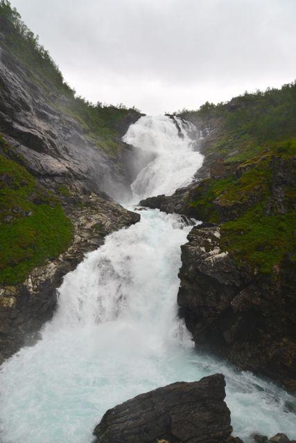 A cachoeira Kjosfossen, onde aparecem os Elfos.