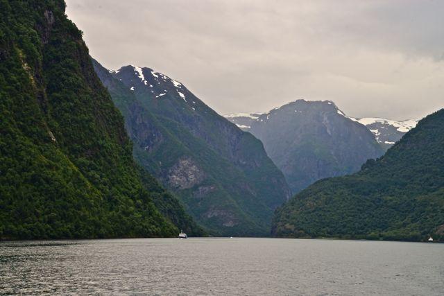 Os fiordes são vales profundos e estreitos, escavados pelo degelo glacial.