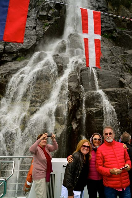 Bebemos a água da cachoeira.