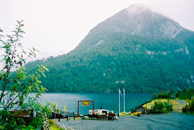 O Lago Frias fica entre montanhas escarpadas.