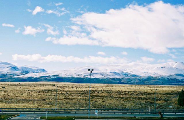 A cidade também é cercada pelas estepes semi-áridas da Patagônia