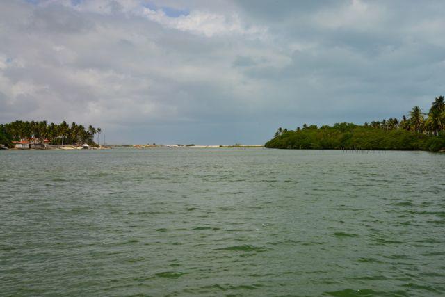 A laguna tem canais de saída para o mar.